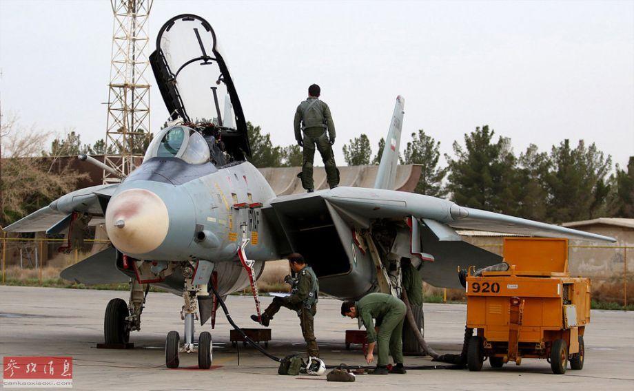 """近日,伊朗空军公布了一组驻扎在伊斯法罕空军基地的""""雄猫""""战机高清图,颇有向美国示威意味。图为正在进行预飞准备的F-14战机。38"""
