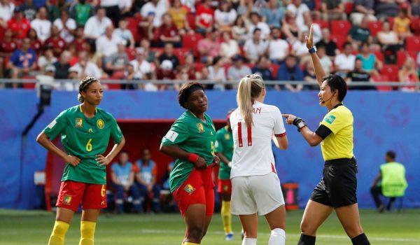 亚博:女足世界杯也有闹剧!喀麦隆球员不满判罚吐口水+推裁判