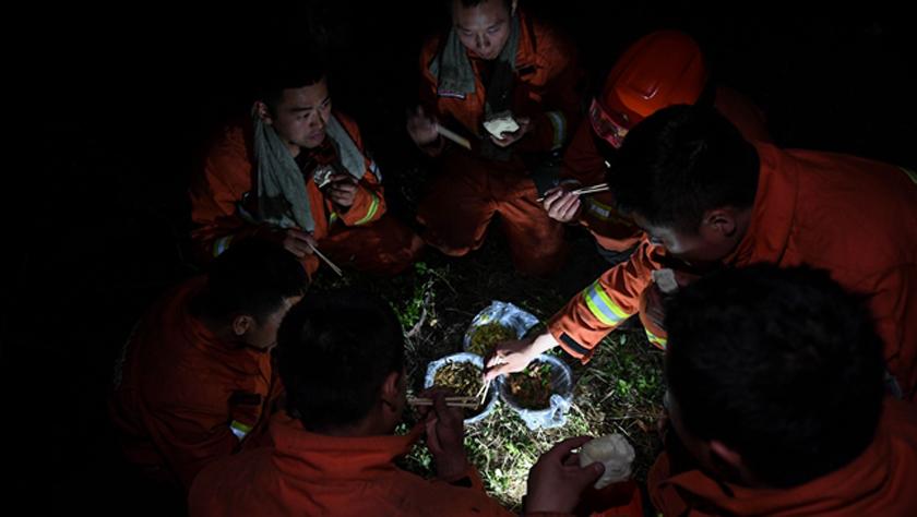 秀山火场:三天两夜,他们吃上了一顿热饭菜