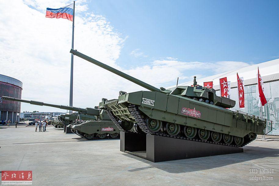 """俄军年度大型防务展""""军队-2019""""于6月25日正式开幕,将持续至6月30日。包括T-14""""阿玛塔""""坦克、""""联盟SV""""自行火炮等大批现役主战装备均有参展。图为参展的T-14""""阿玛塔""""主战坦克与""""联盟SV""""自行火炮。35"""