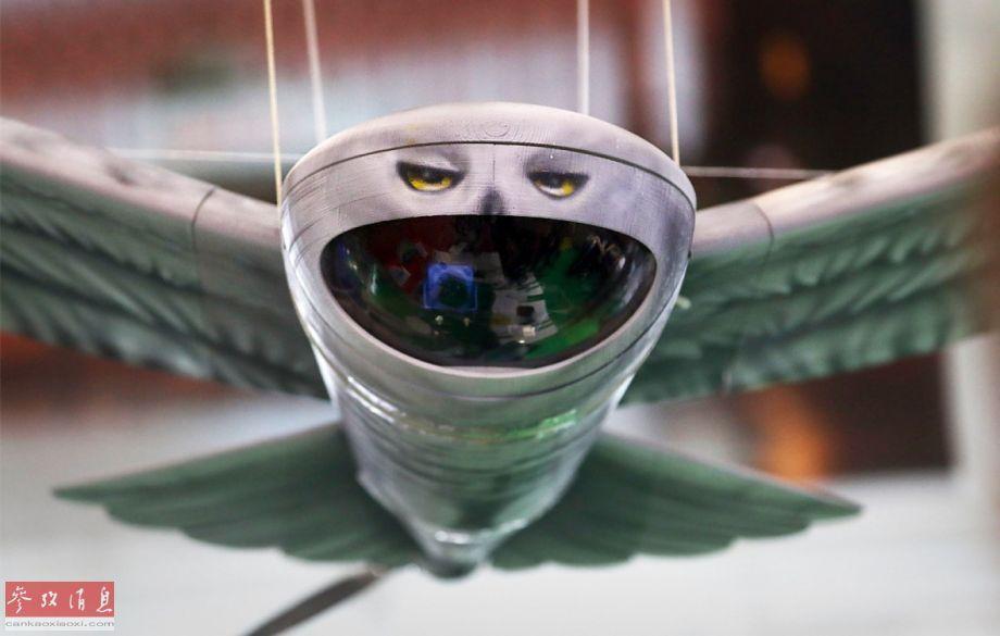 """近日,在刚开幕的俄罗斯""""军队-2019""""防务论坛上,一家参展的俄防务企业展示了一架不同寻常的""""雪鸮""""仿生无人侦察机。从外观来看,这架无人机酷似真正的雪鸮(在北极地区活动的一种大型猫头鹰),具有一定的伪装欺骗效果。32"""
