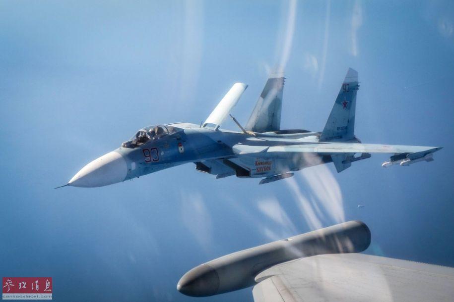 """6月25日,英国皇家空军先后两次出动""""台风""""战斗机,拦截在爱沙尼亚附近空域飞行的俄空天军战机,其中包括苏-27战机及安-12运输机。图为英军""""台风""""战机视角拍摄的俄军苏-27战机,还开启了机背减速板。29"""