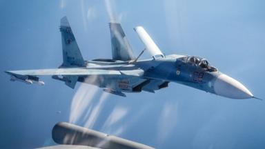 """空中对峙!英军""""台风""""东欧拦截俄军机"""