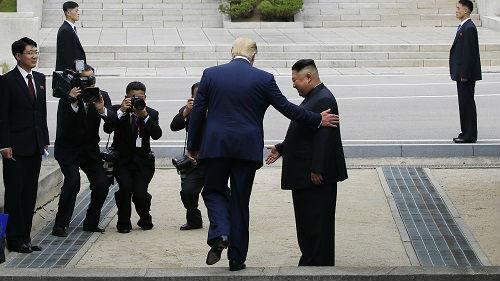 外媒关注:美朝领导人在板门店朝鲜一侧历史性握手
