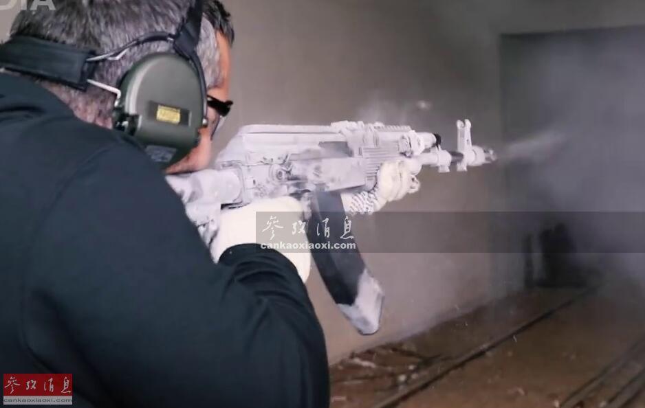 近日,隶属于俄著名枪械大厂,卡拉什尼科夫集团的技术顾问弗拉基米尔·奥诺科伊,展示了新型AK-203突击步枪在极寒及沙漠等恶劣环境下的作战可靠性。图为俄枪厂技术顾问试射经过零下50度冷冻的AK-203。23