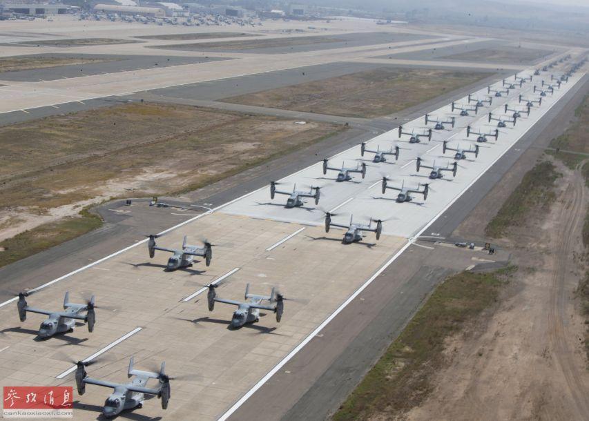 """""""象步游行(elephant walk)"""",是美国空军术语之一,指多架军机以最小间距首尾相连滑行,以便在最短时间内升空作战。此次参与训练的包括27架MV-22""""鱼鹰""""倾转旋翼机以及16架CH-63E""""超级种马""""重型运输直升机。"""