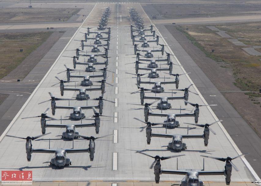 """近日,在美国加州米拉玛基地,美海军陆战队第16航空大队(MAG-16)罕见集结了2大主力机型(MV-22""""鱼鹰""""和CH-53E""""超级种马"""")进行""""组团""""展示""""象步游行""""训练。图为两大机群""""象步游行""""航拍图。14"""