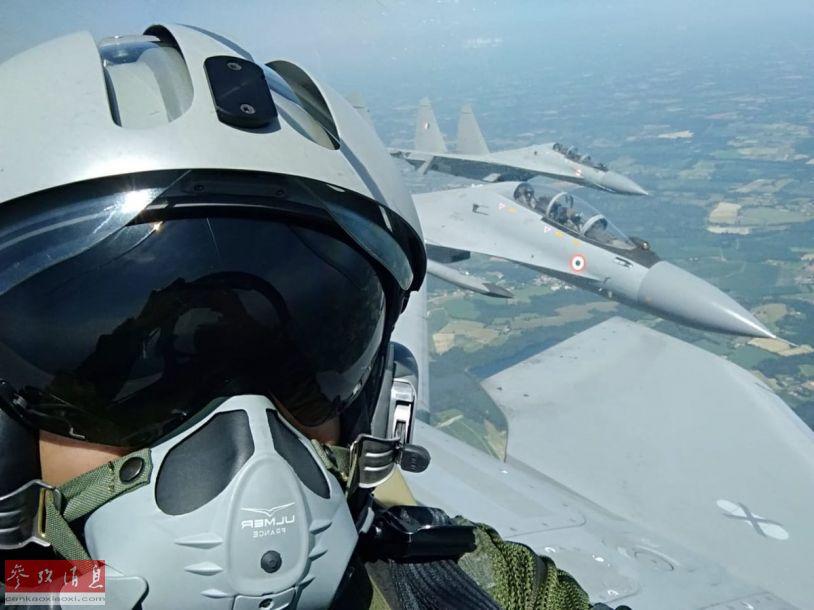 法军飞行员乘坐印军苏-30MKI战机的座舱自拍照。