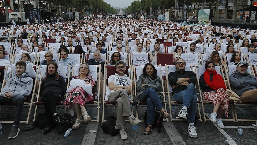 """法国巴黎:凯旋门前的""""露天电影院"""""""