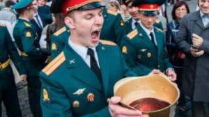 俄军校毕业生用钢盔饮酒?苏联红军老传统 想喝还要成绩好
