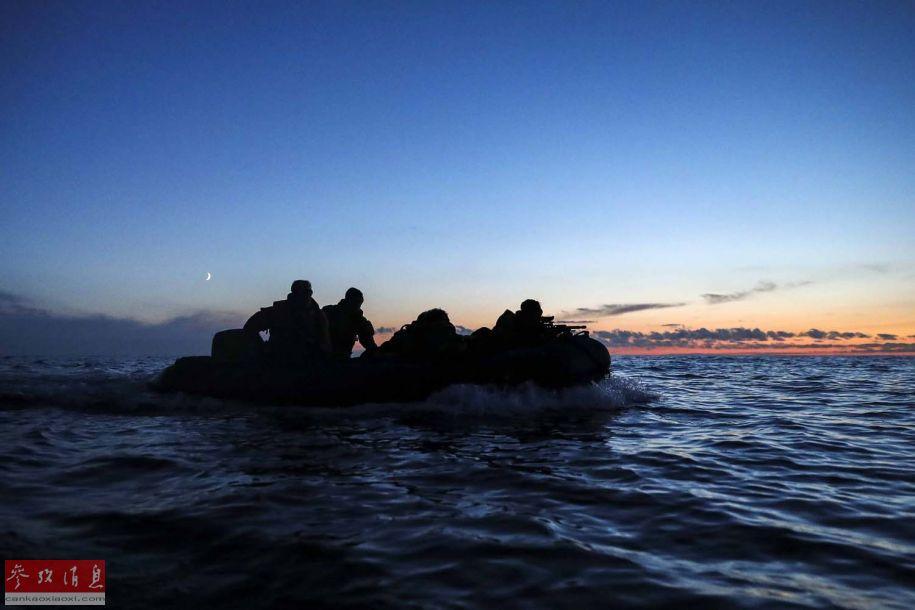 图为参演的英海军陆战队特战队员进行舟艇渗透演练。