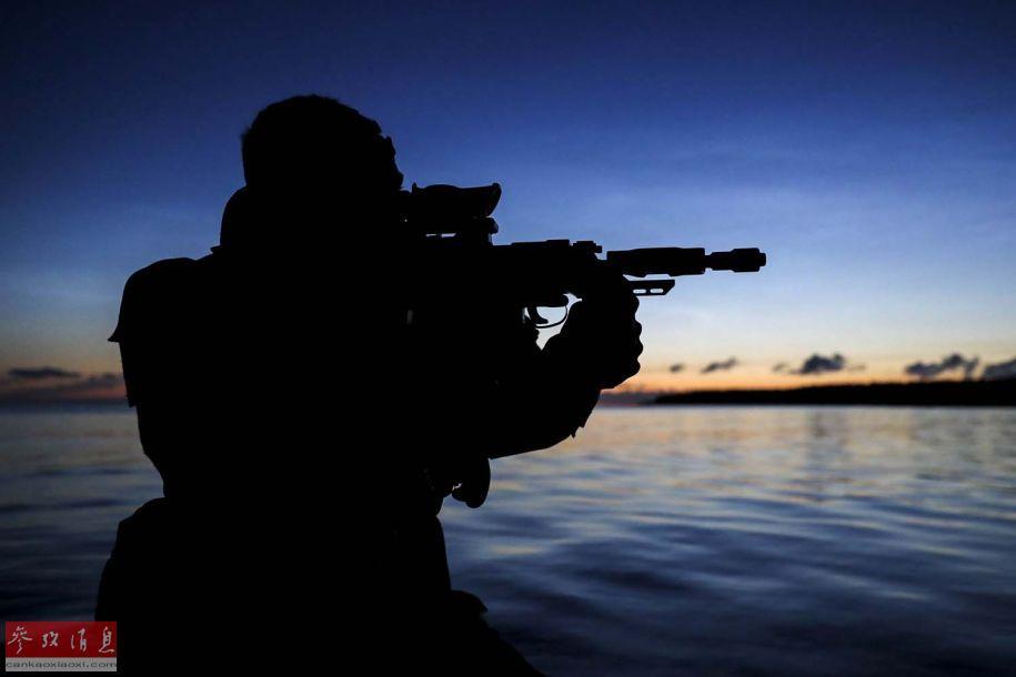 参演的英军特战队员剪影特写照。