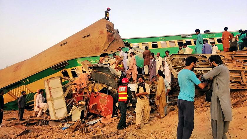 巴基斯坦火车相撞 造成数十人死伤