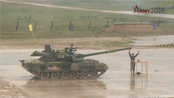 图片说明 T-80U坦克进行切水果表演(俄罗斯红星电视台视频截图)