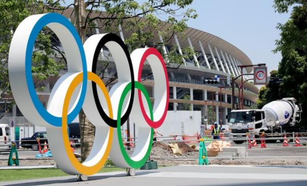 建设中的新国立竞技场(后方)与奥林匹克标志的纪念碑=摄于6月13日(嶋田达也)