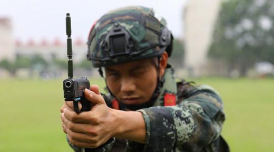 枪上顶弹壳!武警冒高温进行体能训练