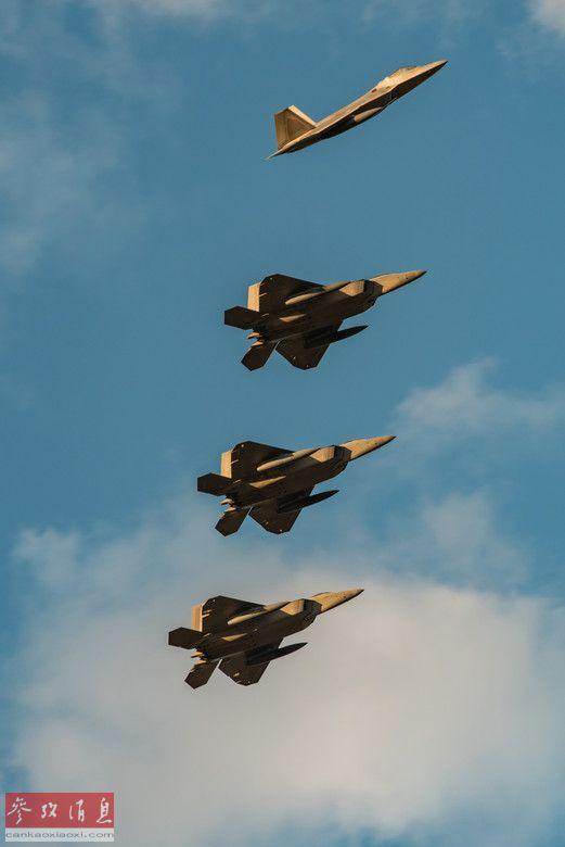4架F-22返航时的通场特写照,可见每架的机翼下都外挂有远程转场用的大型副油箱。