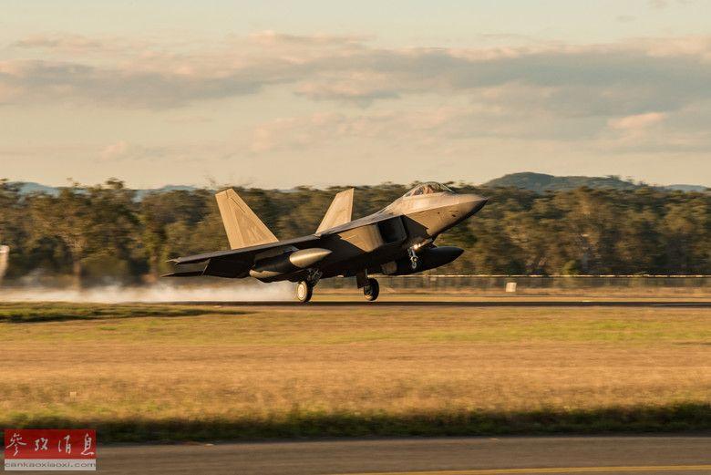 其中一架F-22返航降落瞬间。
