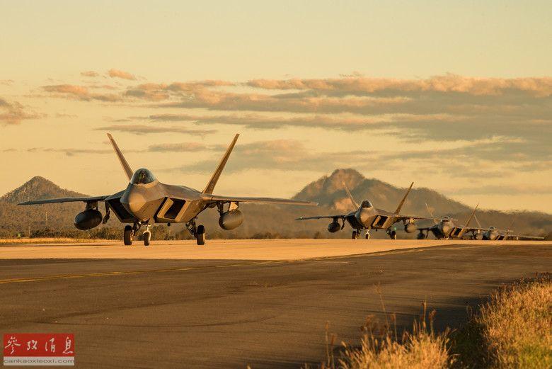 """7月11日,4架美空军F-22A""""猛禽""""隐身战斗机返回位于阿拉斯加州的埃尔门多夫-理查森联合基地。这批F-22A隶属于美空军第90战斗机中队,刚参加了于7月9日在澳大利亚安伯利皇家空军基地举行的""""护身军刀-19""""军事演习。2"""