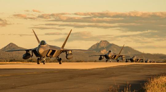 列队返航!美军F-22返回阿拉斯加基地