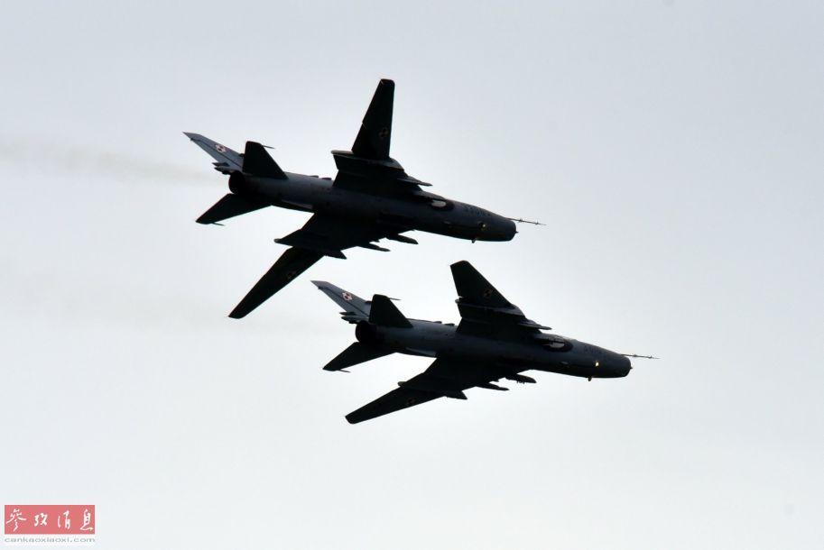 参展的波兰空军苏-22战斗轰炸机进行飞行表演,2架分别展示了其最大和最小变后掠翼状态。