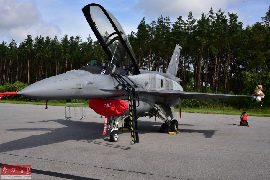 参加地面展示的波兰空军F-16C Block 52+(第52+批次)战机,注意机身上的保形油箱。