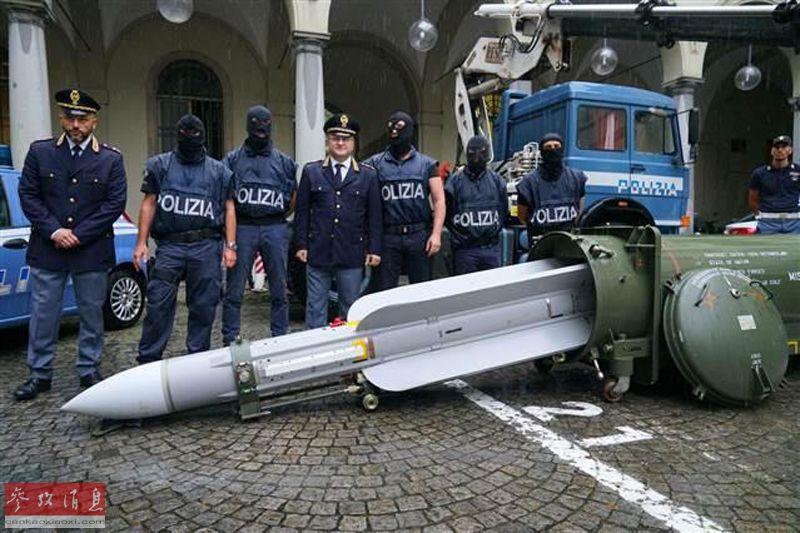 7月15日,意大利警方宣布,在该国北部都灵地区针对尤文图斯队极右翼球迷组织的突击行动中,除大批枪械外,还意外缴获了一枚仍可使用的法制S530F中距空对空导弹。59