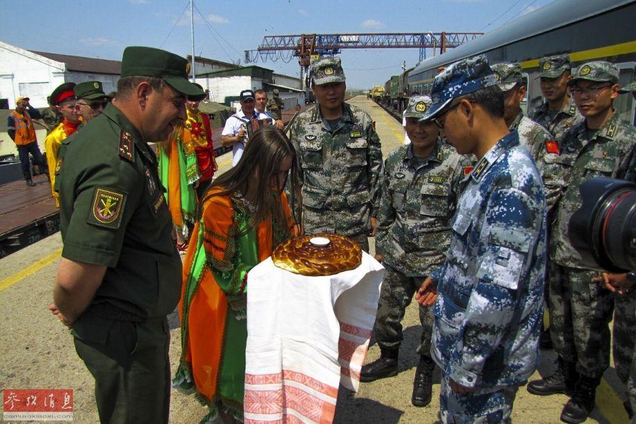 俄军人员在车站盛情欢迎中国军队参赛队。