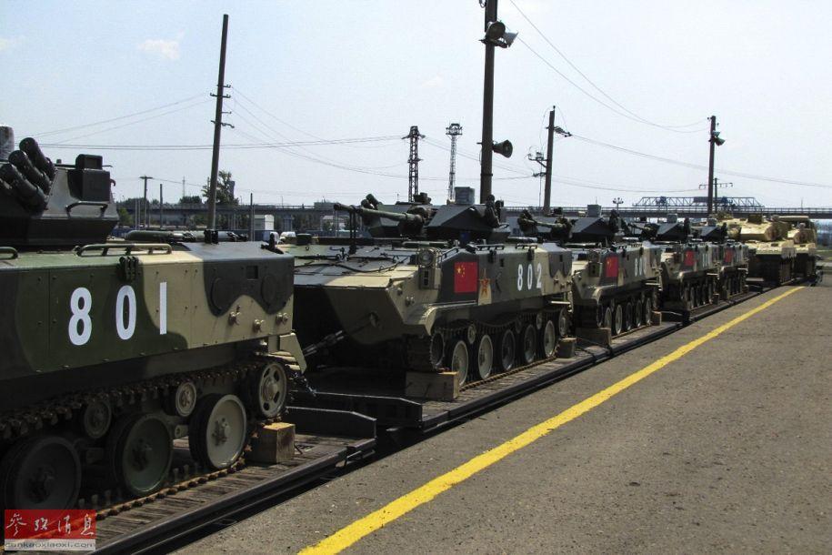 """据解放军报7月18日报道,7月14日上午,中国军方赴俄罗斯参加""""国际军事比赛-2019""""的列车梯队从满洲里驶出国门,并于7月17日抵达俄境内。俄方网站放出了多张中国参赛队抵达时的照片,可见96B主战坦克03式空降战车。26"""