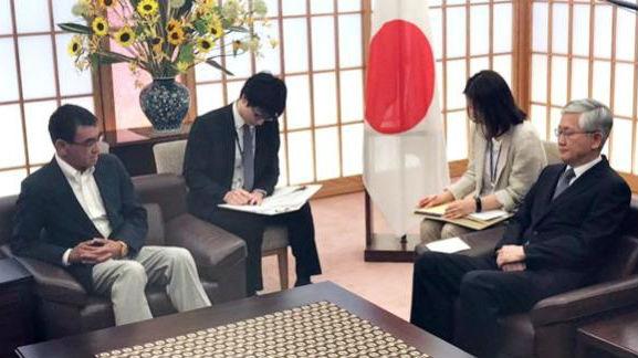 """日本外相打断韩国驻日大使发言 韩媒称其""""近乎无礼"""""""