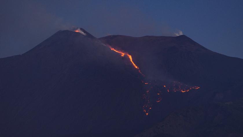 意大利埃特纳火山喷发致两机场暂时关闭