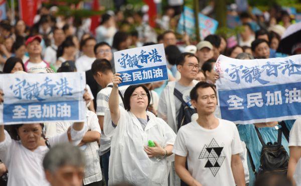 """建制派举行""""守护香港""""集会 民众盼香港回复平静"""