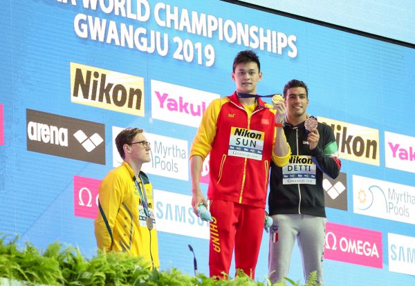 7月21日,冠军孙杨(中)、亚军澳大利亚选手霍顿(左)和季军意大利选手德蒂在颁奖仪式上。(新华社)