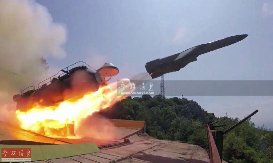 """此次演习中,负责向目标区发射导弹的实际是一种源自冷战时期的""""古董""""级武器系统,即""""悬崖""""固定式岸舰导弹系统,该系统由一个可升降式平台以及双联导弹发射器组成,配备P-35(SS-N-3B)""""沙道克""""高亚音速远程反舰导弹。P-35(SS-N-3B)是老式P-5(SS-N-3)""""沙道克""""的现代化改进型,后者于1959年投入服役,最大射程450千米,最大巡航速度0.9马赫。"""