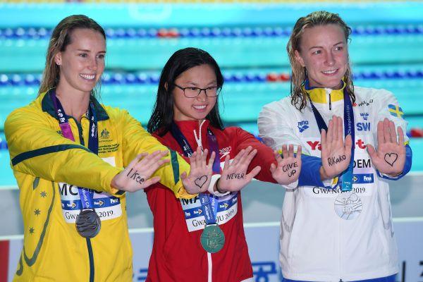 亚博:游泳世锦赛现暖心一幕-女蝶选手掌心写字喊话池江战胜白血病