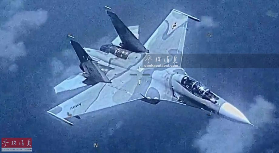 """从美海军公开的EP-3E侦察机拍摄的视频中可见,委空军的苏-30MK2战机以较近距离伴飞并监视美机,但并未作出美方消息中所称的""""危险动作""""。委军方称,这已是美军机今年第77次闯入委领空挑衅。图为美侦察机拍摄的委军苏-30MK2视频截图。"""