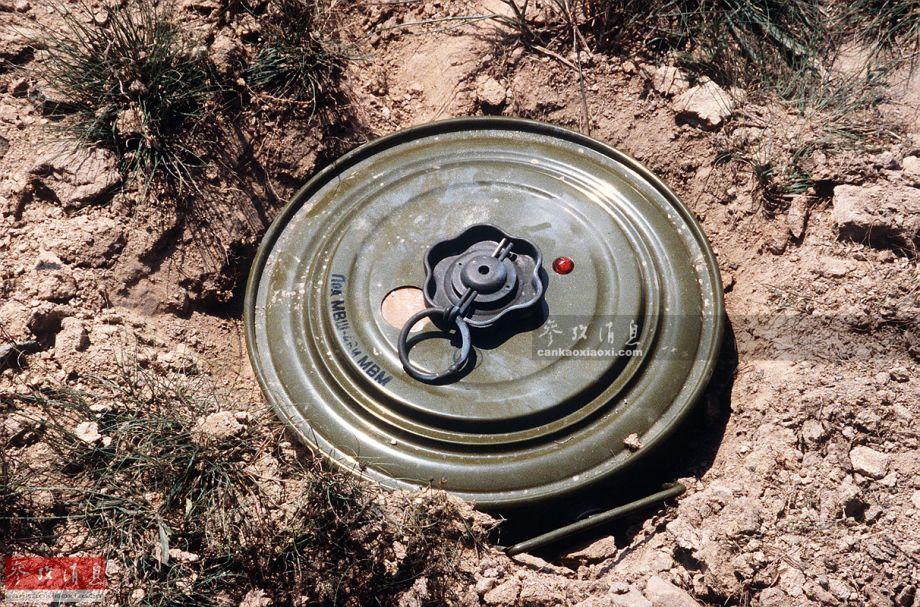 """传统反坦克地雷,布设和触发方式与反步兵地雷相同,但比后者要装入更多的TNT和""""黑索金""""高能炸药(又称""""旋风炸药"""",威力比TNT高158%),有的反坦克地雷的混装比例是各50%。其引信经过专门改进,只有被车辆(重量超过300公斤,一些轻型地雷则为180公斤以上)压发式才会引爆。图为苏制M-46反坦克地雷。"""