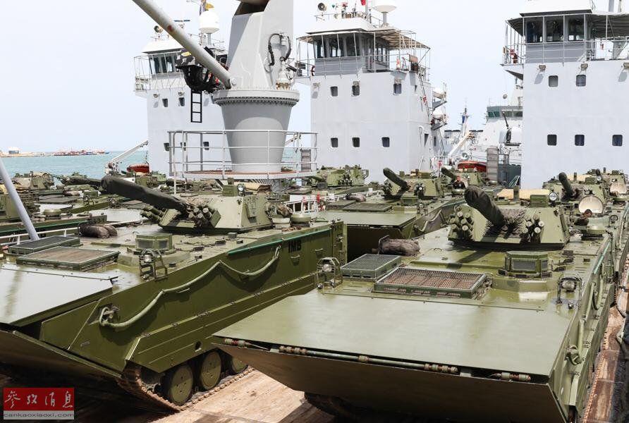 从网上公布的图片中可见大批中国产VN-18外贸型两栖战车,较为抢眼。图为在登陆舰上待命的委军VN-18战车群。