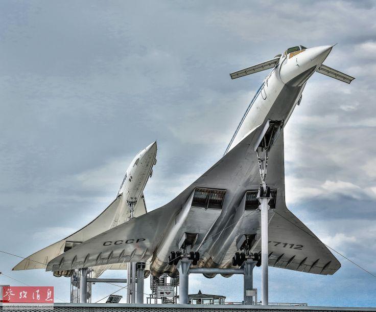 """图为两大超音速客机合影照,前为图-144,后为""""协和""""客机。"""
