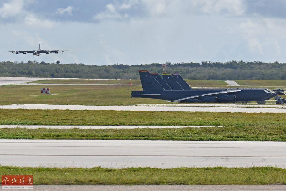 一架B-52H即将着落,停机坪上已有4架B-52H在待命。