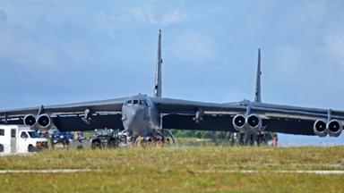 持续威慑!美军多架B-52轰炸机飞抵关岛