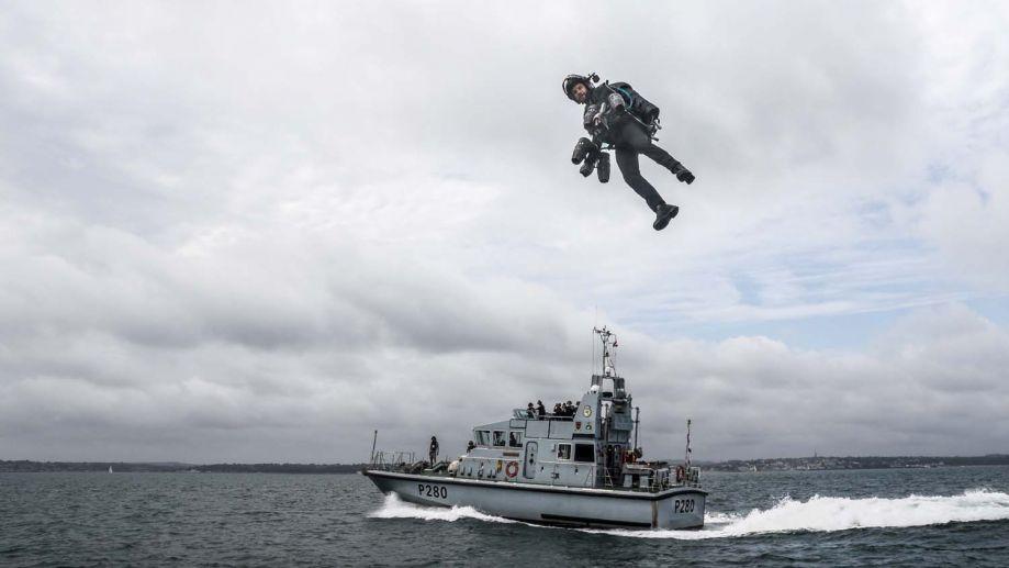 这艘巡逻艇的前桅上设置了一个小型的着陆和发射台,巡逻艇以20节的速度在朴次茅斯港附近航行,理查德·布朗宁身穿喷气动力套装成功进行了飞行测试。