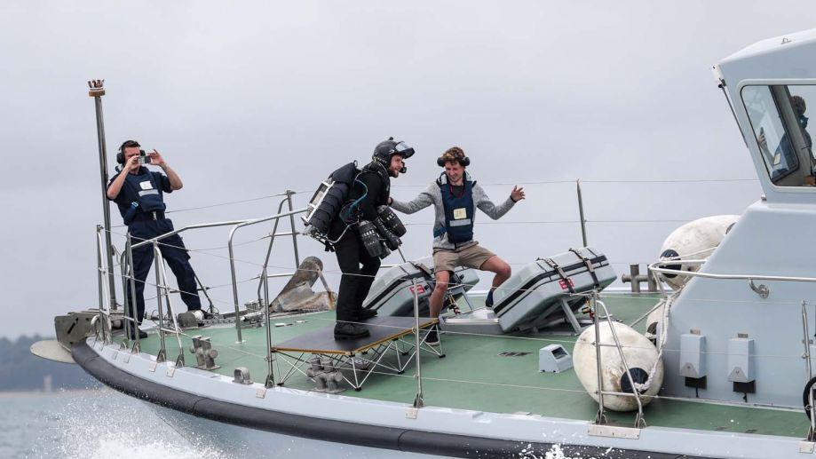 """7月30日,英国发明家理查德·布朗宁身穿他发明的喷气动力套装,乘坐""""冲击者""""号巡逻艇在海上首次进行了起降测试,酷似海上版""""钢铁侠""""。44"""