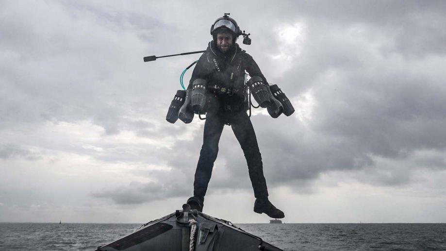 测试结果显示,这套喷气动力背包套装能够在海上使用,飞行员可以相对轻松地从高速行驶的船只上起降,起降十分容易。