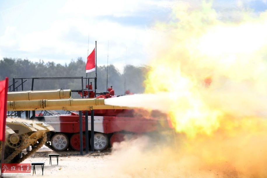 """""""坦克两项""""比赛将于8月3日至17日在俄首都莫斯科郊外阿拉比诺训练场举行,届时将有包括俄罗斯、中国、阿塞拜疆、安哥拉、亚美尼亚、白俄罗斯、委内瑞拉、越南等25个国家参与。在正式开赛前,中国代表队的96B坦克进行了开火校准主炮及高射机枪测试。图为96B校射主炮瞬间。41"""