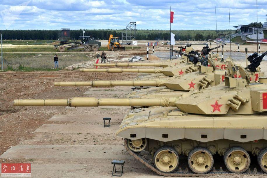 图为正在进行赛前主炮校射的中国参赛队,4辆96B主战坦克一字排开。