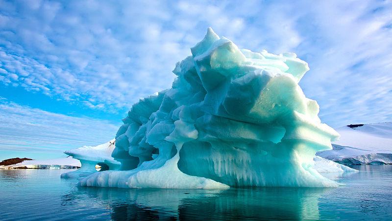 格陵兰岛上月融冰两千亿吨 外媒:速度比模型预测还要极端