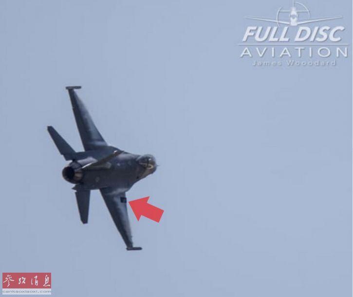 当时这架F-16正在进行飞行表演,为展示F-16优秀空中机动性能的,飞行员进行了一系列大过载机动后,这块面板突然与机身脱离。