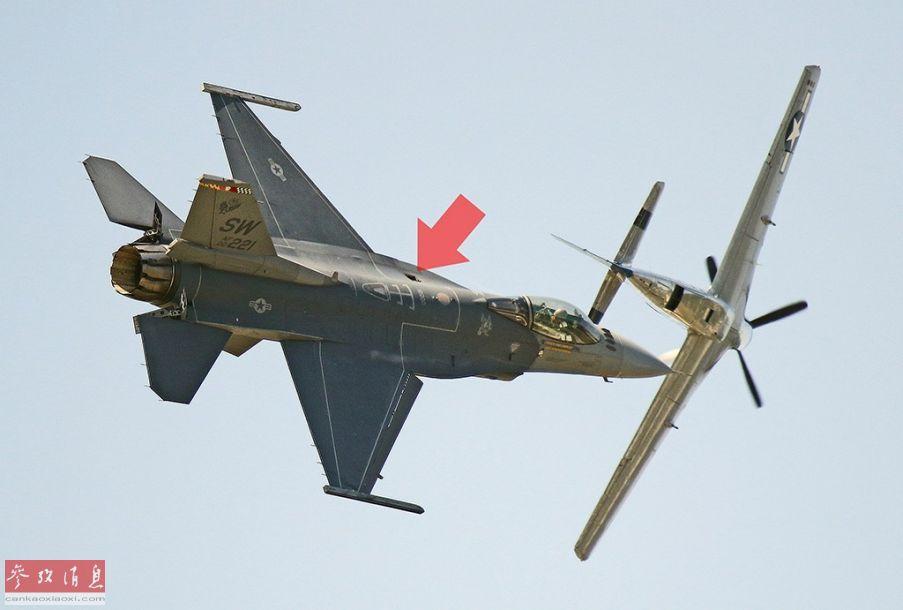 8月2日,在美国密歇根州罗穆卢斯举行的密歇根航展上,一架美国空军的F-16战斗机在进行飞行表演时,一块航炮舱上方的检修面板意外脱落(红箭头处),背景中还有一架二战P-51战机。38
