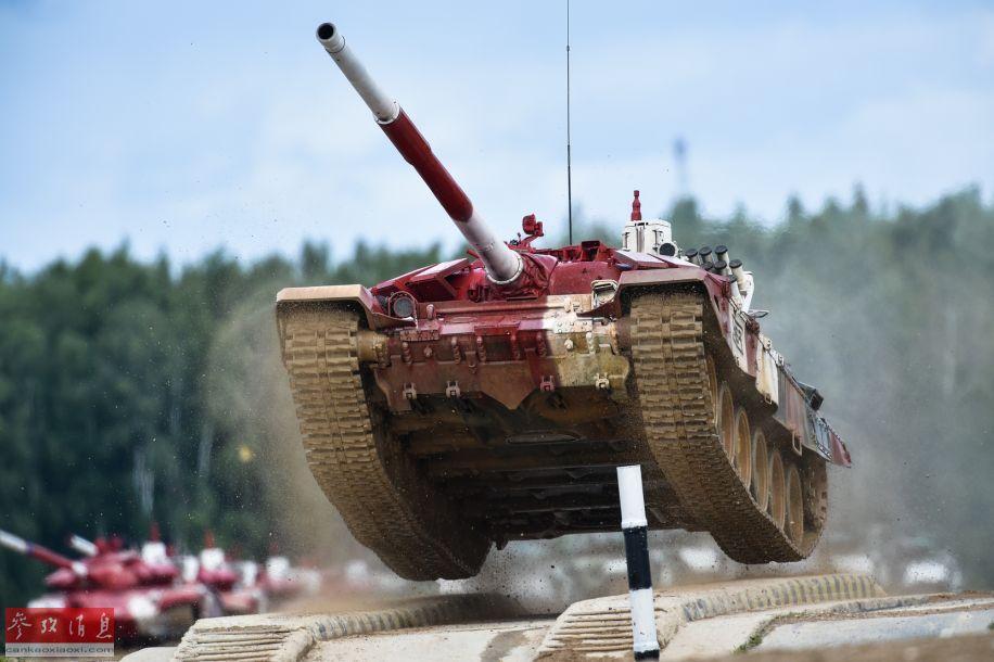 """在8月4日举行的""""坦克两项""""俄罗斯、亚美尼亚、吉尔吉斯斯坦和伊朗的小组越野竞速比赛项目中,俄罗斯代表队以18分55秒的成绩夺得小组冠军,这一成绩打破了俄罗斯代表队在2017年创下的小组赛19分10秒的最好成绩。图为在比赛中高速飞驰的俄军T-72B3坦克。35"""